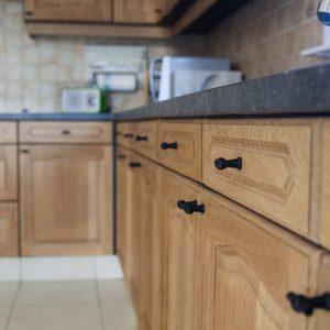 Stalen, schildenen en behangen van keuken